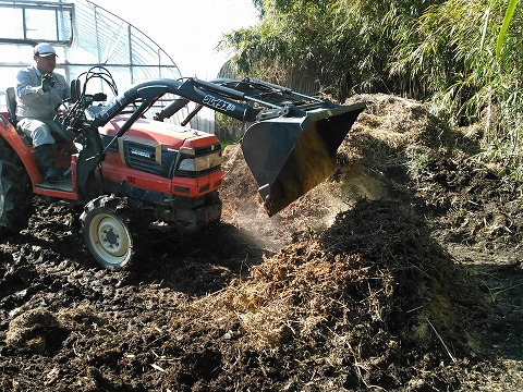 s-(1)植物残渣をトラクターで積みあげる