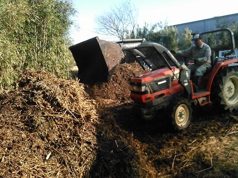 s-(3)サンドイッチ状にした残渣をもう一度トラクターバケットで切り返してボカシと残渣を混ぜた